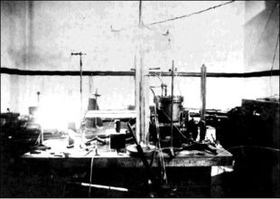 Millikan's setup for the oil drop experiment.